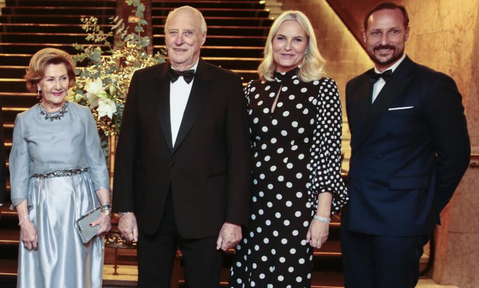 AVLYSER: Både kronprinsesse Mette-Marit og dronning Sonja skulle etter planen ha deltatt på stortingsmiddagen torsdag kveld, men på grunn av sykdom må de avlyse. Foto: NTB Scanpix