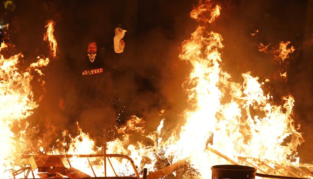 Opptøyene i Barcelona fortsatte natt til fredag, med brennende barrikader og sammenstøt mellom separatister og sikkerhetsstyrker. Foto: AP / NTB scanpix