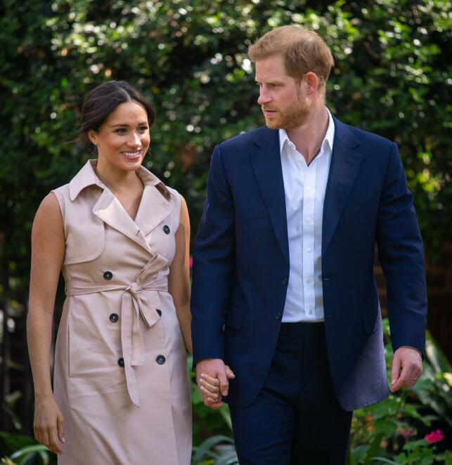NY DOKUMENTAR: Hertuginne Meghan og prins Harry stiller søndag opp i en ny dokumentar. Her fra da hertugparet nylig var i Sør-Afrika. Foto: NTB Scanpix