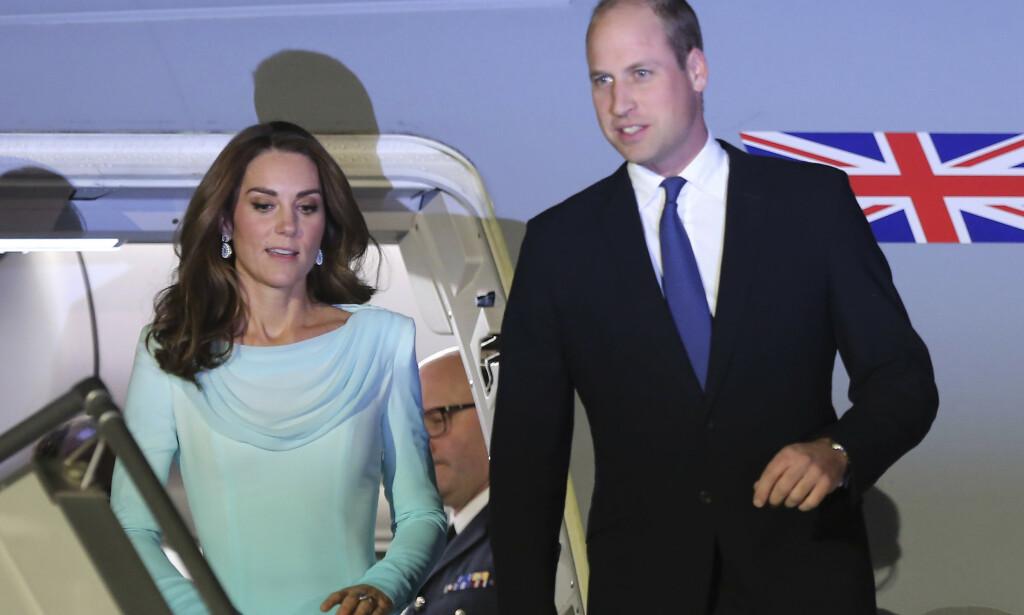 - HUMPETE: Torsdag skulle hertugparet av Cambridge egentlig reise til Pakistans hovedstad, men på grunn av en skummel storm måtte flyet deres returnere til flyplassen. Kate beskriver det hele som humpete. Foto: NTB scanpix