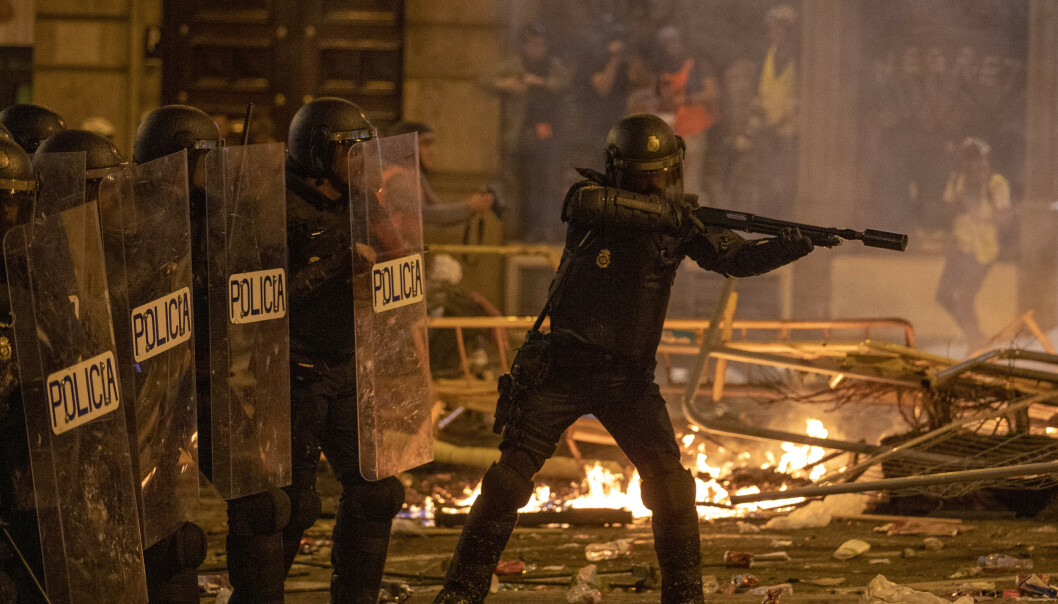 Spansk politi har brukt tåregass. vannkanoner og gummikuler mot radikale separatister i Barcelona de siste nettene. Over 600 mennesker er skadd og over 200 er pågrepet under opptøyene. Foto: AP / NTB scanpix