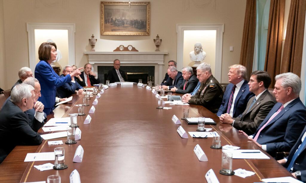 ANKLAGER: Demokratenes speaker, Nancy Pelosi, mener alle veier fører til Putin for USAs president, Donald Trump. Foto: Shealah Craighead/The White House/Handout via REUTERS
