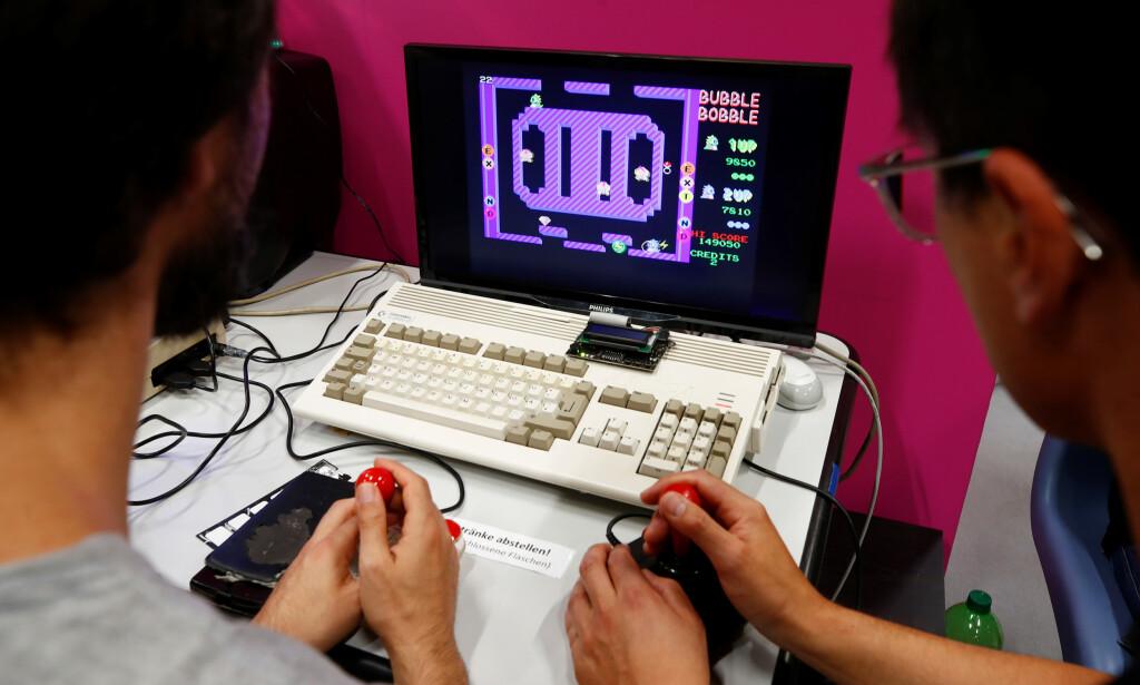 Amiga-serien av datamaskiner var enormt populære i Europa og Norge, og har fortsatt et aktivt miljø i 2019. Her spiller entusiaster spillet Bubble Bobble på en Amiga 1200 under Gamescon i Køln. 📸: Scanpix / Wolfgang Rattay.