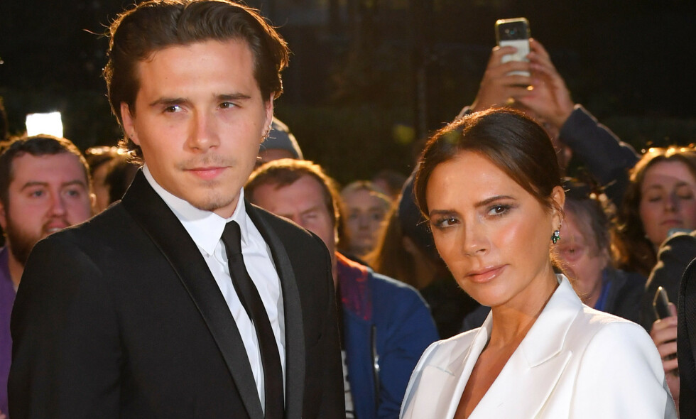 NY ROMANSE: Flere britiske medier melder at Brooklyn Beckham har funnet tonen med nok en modell - som tidligere skal ha jobbet som en Victoria Beckham-«look-alike». Her er Brooklyn avbildet med Victoria under GQ Men of the Year Awards i London forrige måned. Foto: NTB Scanpix