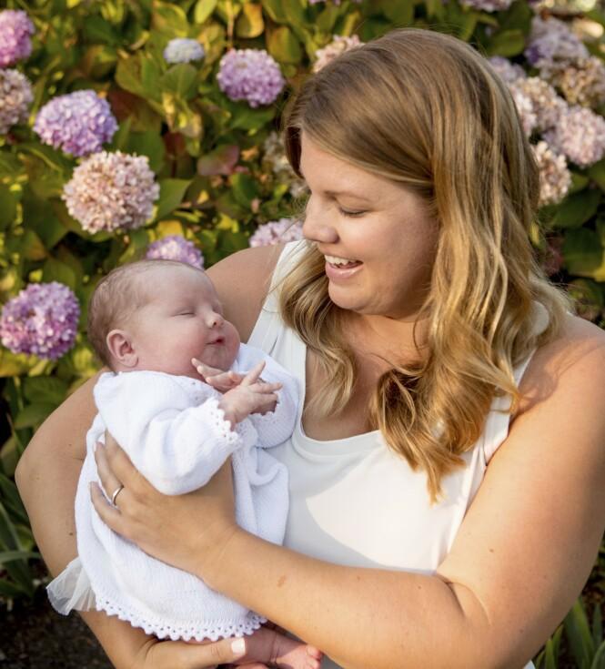 BÅND: - Man kan vel aldri ha for mange tanter, spør Megan, som allerede har begynt å tenke på julegave til lille Olivia. FOTO: Mega