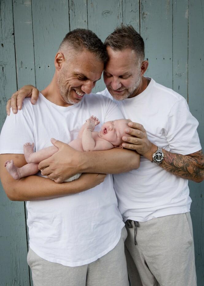 HJEMME: Kjartan og Knut er nå hjemme i Norge med babyen sin. FOTO: Mega
