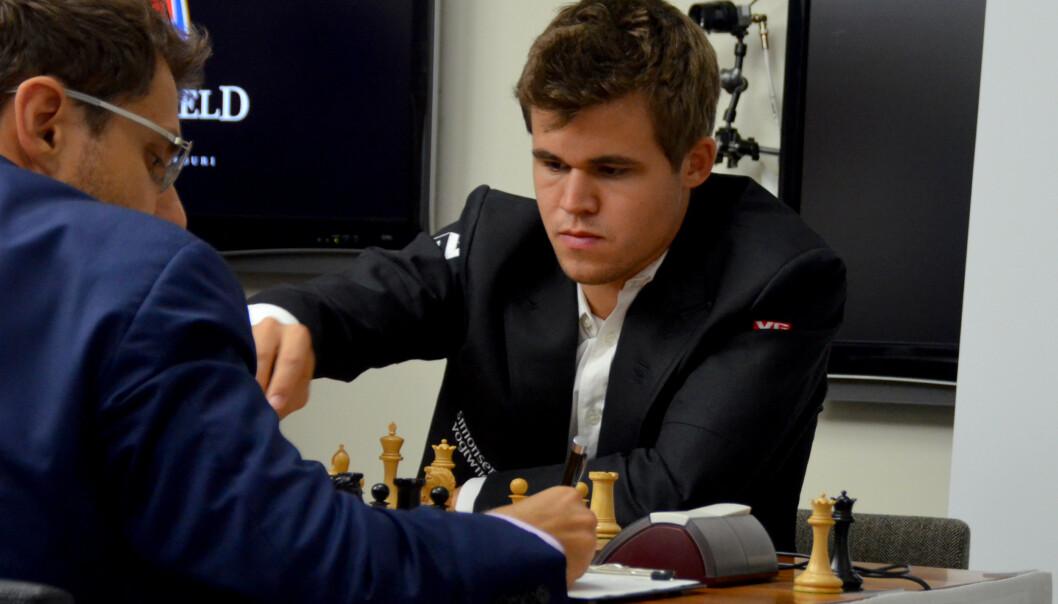 Magnus Carlsen spilte remis mot Levon Aronian på Isle of Man mandag. Bildet er fra et tidligere parti mot armeneren. Foto: Stringer / NTB scanpix