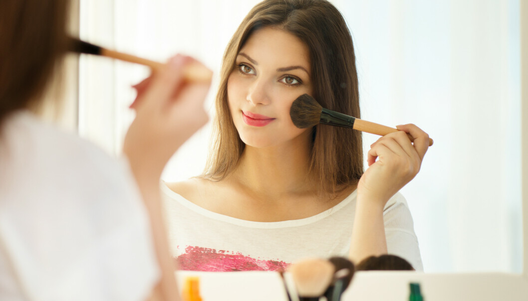 HIGHLIGHTER: Man kan også få mer glød i huden uten å bruke highlighter. FOTO: NTB Scanpix