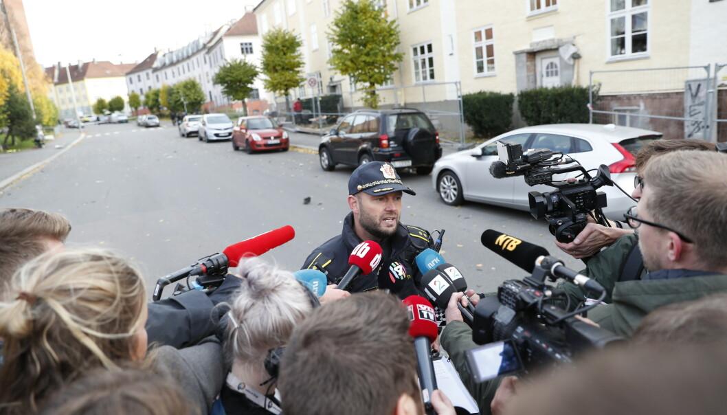 Innsatsleder Erik Hestvik informerer pressen i forbindelse med kapring av ambulanse. Flere kjøretøy og personer ble påkjørt av ambulansen før den ble stanset og fører pågrepet. Foto: Stian Lysberg Solum / NTB scanpix