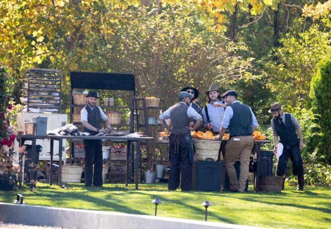 UTENDØRS: All maten skal ha blitt tilberedt utendørs. Her ser man flere av kokkene i gang med matlagingen i anledning bryllupet. Foto: NTB Scanpix