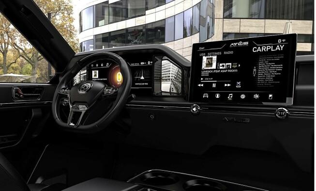SKJERMER: Pickupen skal ha en hovedskjerm, i tillegg til en tredelt skjerm foran rattet. Foto: Atlis