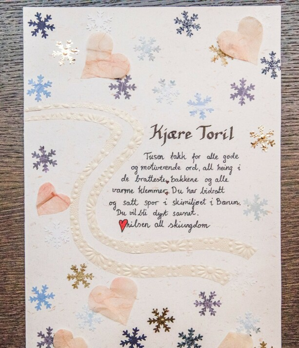 "Card translation: ""Dear Toril, Thank you so much for all the positive and motivating words, all the cheering on the steepest hills and all the warm hugs. You have contributed and left a mark in the skiing community in Bærum. You will be profoundly missed. Fondly, all the junior skiers."""