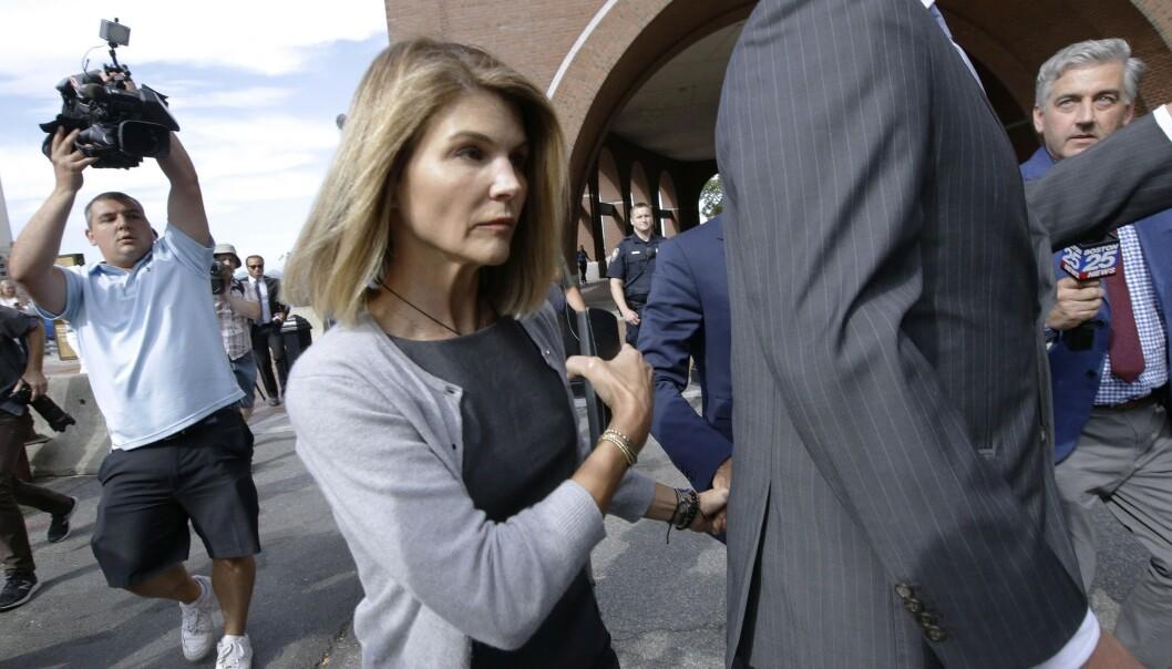 Skuespiller Lori Loughlin, best kjent fra TV-komedien «Under samme tak» («Full House»), og hennes ektemann Mossimo Giannulli er blant en rekke personer som er tiltalt i opptaksjuksskandalen i USA. Foto: AP / NTB scanpix