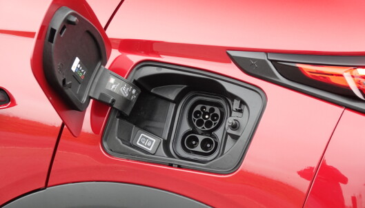 LADER: Bilen har CCS-kontakt, og kan lade med opptil 100kW effekt. Foto: Fred Magne Skillebæk
