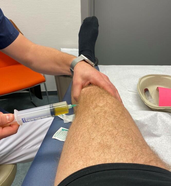 BEHANDLING: På Volvat tappet de det skadde kneet for væske. Foto: Privat