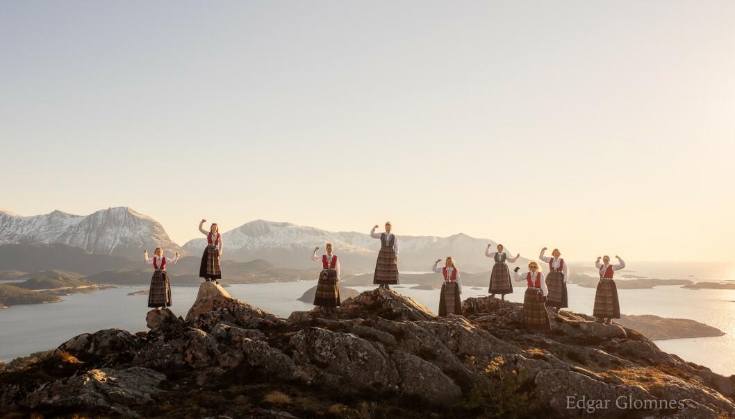 MEKTIG: Bildet er tatt på Aure og viser kvinner i bunad på fjellet. FOTO: Edgar Glomnes