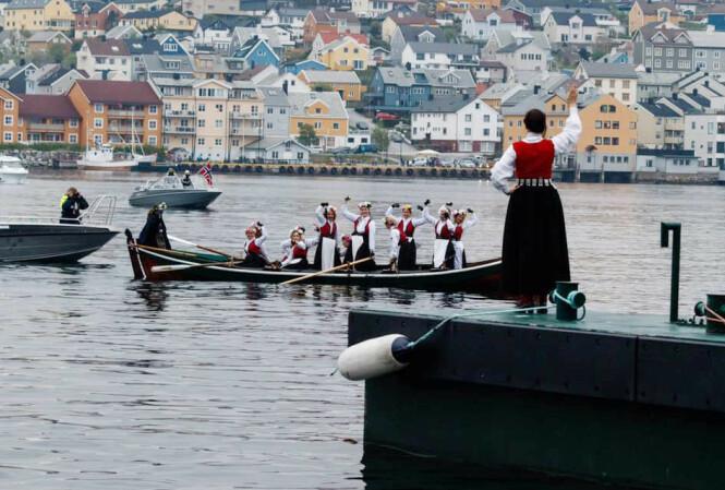 SMØLAJENTENE: - Det møtte opp over tusen mennesker for å ta imot kvinnene som hadde rodd over talgsjøen, og over hundre småbåter fulgte dem det siste stykket. Roturen tok fem timer. Dette har hittill har vært bunadsgeriljaens viktigste stunt. FOTO: Privat