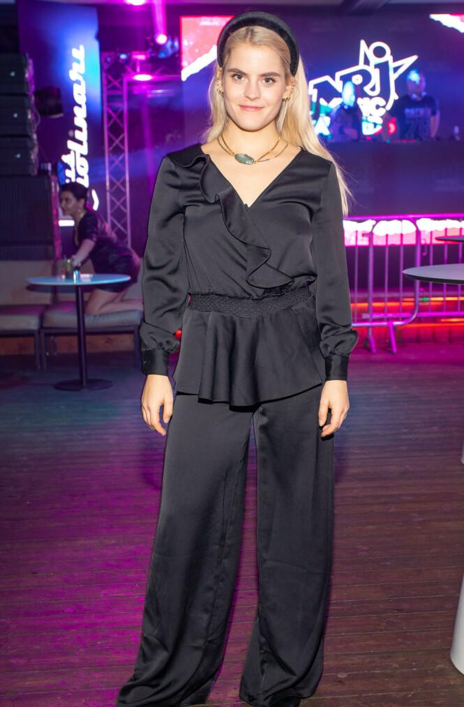 KLAR FOR FEST: Ulrikke Falch hadde også tatt seg turen, og var kledd i helsvart. Foto: Tor Lindseth