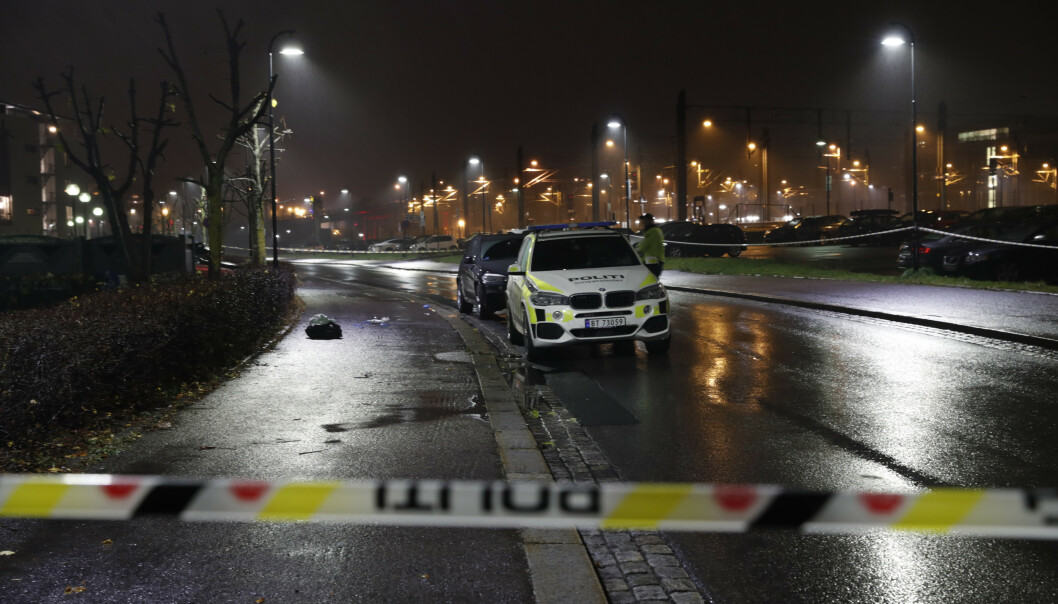 Politiet sperret av Dampsagveien på Lillestrøm etter knivstikking torsdag kveld. Foto: Terje Bendiksby / NTB scanpix