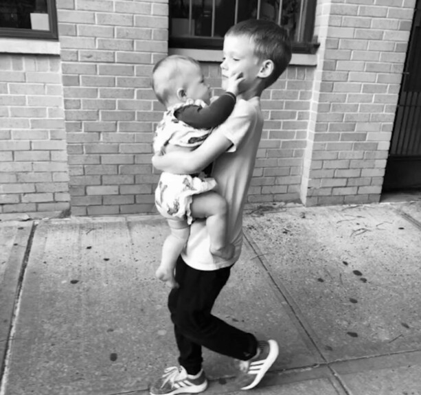 STOREBROR: Den stolte storebroren be ut useful to pass godt på lillesøsteren. Photo: Hilary Duff / Instagram