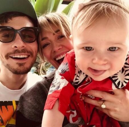 FAMILIE: Far, mor og datter be ut til våre svært lykkelig sammen are en liten familie. Photo: Hilary Duff / Instagram