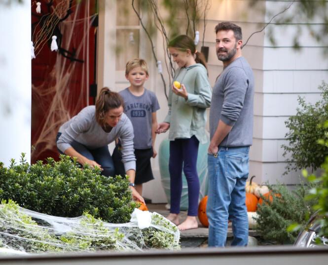 <strong>SAMMEN MED FAMILIEN:</strong> Ben Affleck hjemme hos Jennifer Garner med barna Seraphina og Samuel. Foto: NTB Scanpix