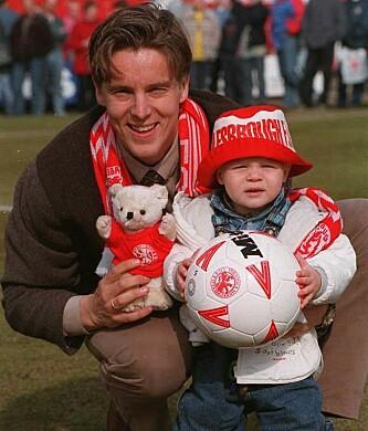 TIDLIG KRØKES: Jan Åge Fjørtoft sammen med sønnen Markus i Ayrsome Park i Middlesbrough etter at Fjørtoft hadde skrevet kontrakt med Middlesbrough. I dag er Markus proffspiller i Skottland. Foto: NTB Scanpix