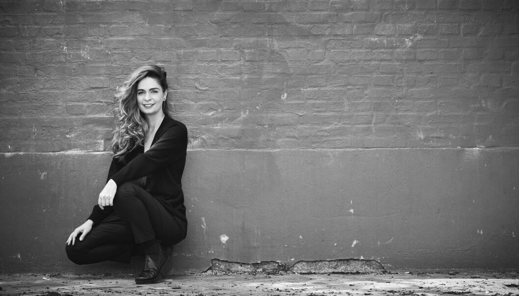 Andrea holder ikke ut å sitte i en sofa og holde hender med en kjæreste. Det klarer hun i maks fem minutter. FOTO: Carsten Seidel