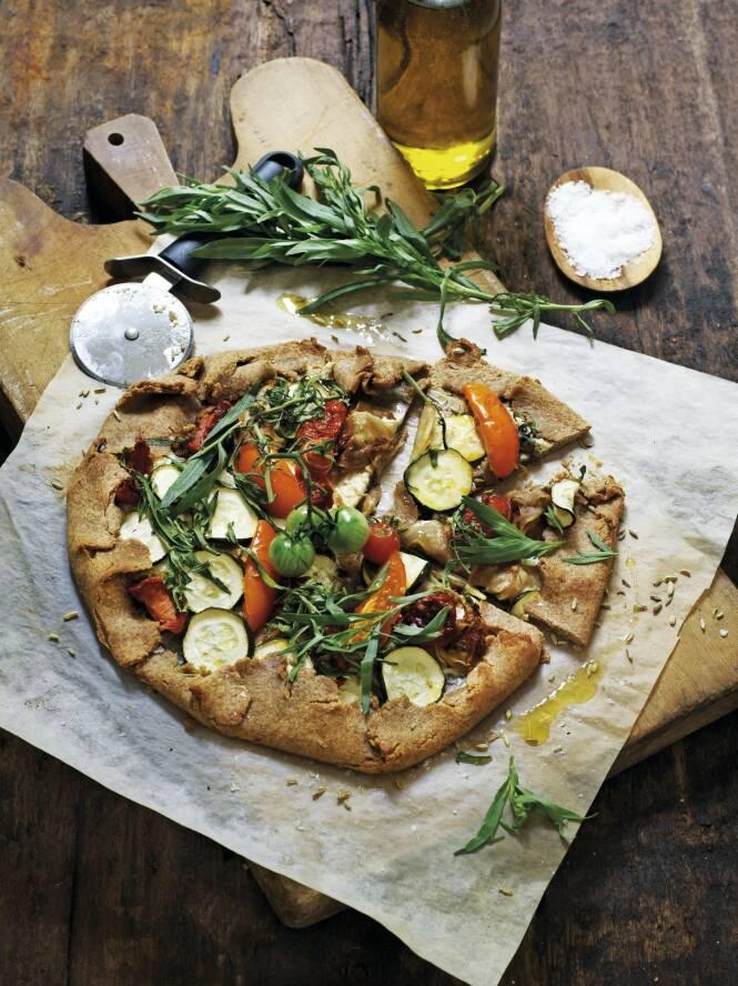 Hvis du savner inspirasjon til deilig hverdagsmat med masse grønnsaker, kan du bytte ut den klassiske pizzaen med grove galetter laget av speltmel. Galette er en fransk spesialitet fra Bretagne, og er en slags sprø terte som kan minne om en rustikk pizza. FOTO: Columbus Leth