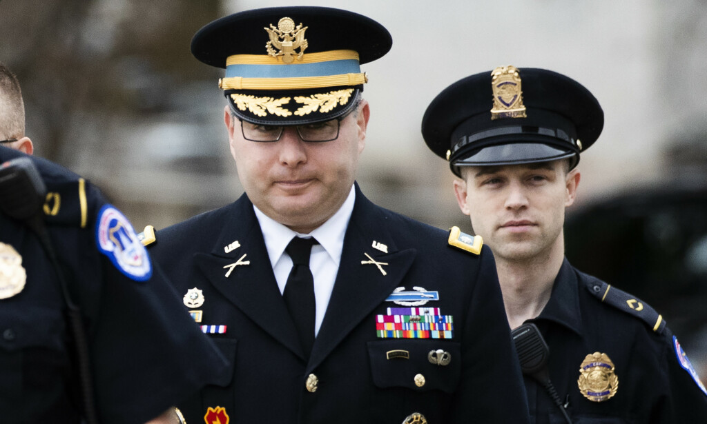 Alexander Vindman har vært offiser i den amerikanske hæren i 20 år. Her ankommer han Kongressen i Washington for å vitne i riksrettsgranskingen av Donald Trump. Foto: Manuel Balce Ceneta / AP / NTB scanpix