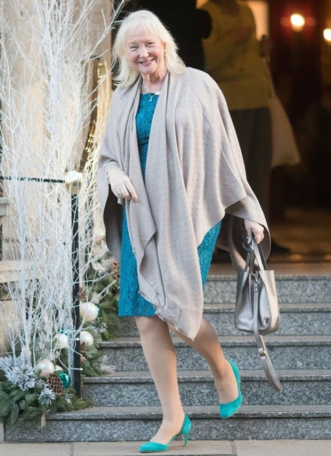 ANSATT I 17 ÅR: Angela Kelly har jobbet som personlig assistent og senior dresser for dronning Elizabeth siden 2002. Her er hun avbildet i fjor på vei ut fra dronningens julelunsj for sine ansatte. Foto: NTB Scanpix