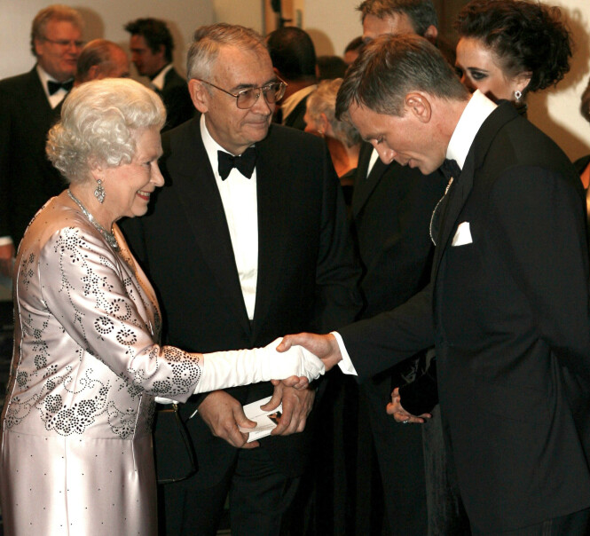 STJERNEMØTE: Her ser man dronning Elizabeth hilse på Hollywood-stjernen Daniel Craig i 2006 i anledning verdenspremieren av James Bond-filmen «Casino Royale» i London. Foto: NTB Scanpix