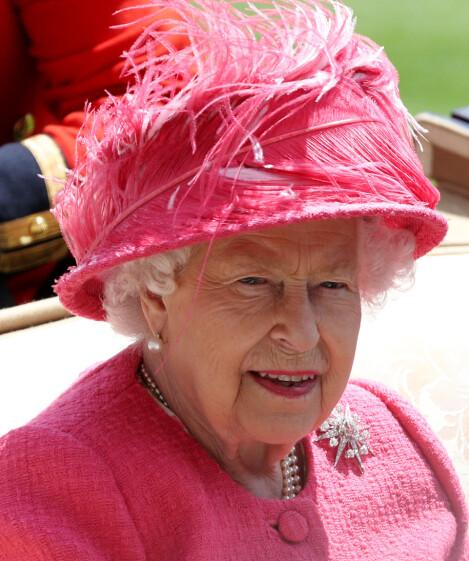 ROSA: Dronning Elizabeth har en tendens til å gå all in når det kommer til matchingen av antrekket sitt. Her er hun avbildet i juni i år under dag fire av Royal Ascot. Foto: NTB Scanpix