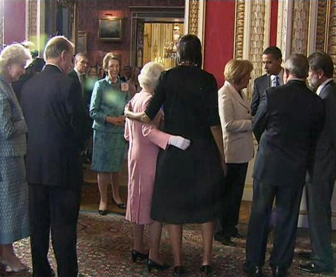 STØTTET HVERANDRE: Under det formelle møtet på Buckingham Palace i 2009 snakket Michelle Obama og dronning Elizabeth om helt andre ting enn politikk. Foto: NTB Scanpix