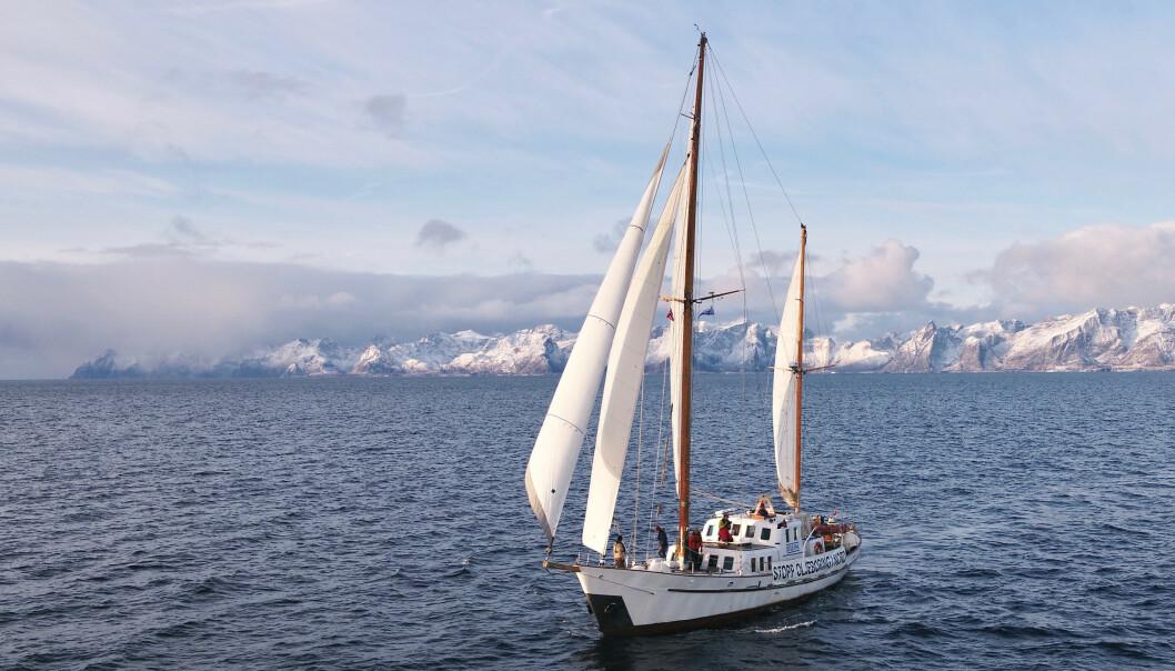 Bellona og Natur og Ungdom var på vei ut til Trænarevet på Helgeland for å aksjonere mot prøveboring etter olje. Lofotveggen i bakgrunnen. Foto: Bellona / NTB scanpix