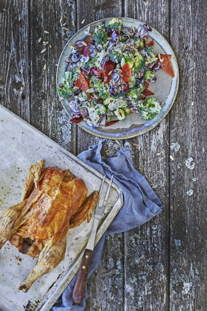 Lag en vri på brokkolisalaten, og fyll den med søte druer og sprøstekt skinke. FOTO: Winnie Methmann