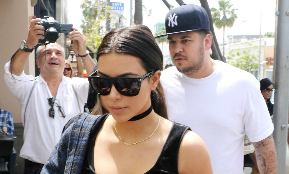 TILBAKE: Rob Kardashian har de siste årene holdt en svært lav profil, men nå viser han seg endelig frem igjen. Bildet er fra en tidligere anledning sammen med søsteren Kim Kardashian West. Foto: NTB Scanpix