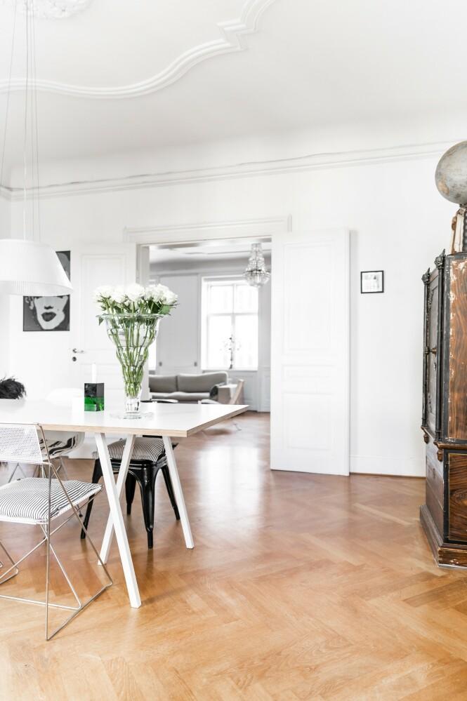 Her blandes stramt og minimalistisk design med massive arvestykker. Det viktigste for Mai-Britt er å skape en uhøytidelig atmosfære som oppleves som åpen og imøtekommende. Den originale dobbeldøren gir rommet det lille ekstra. FOTO: Julie Wittrup og Mikkel Dahlstrøm/Another Studio