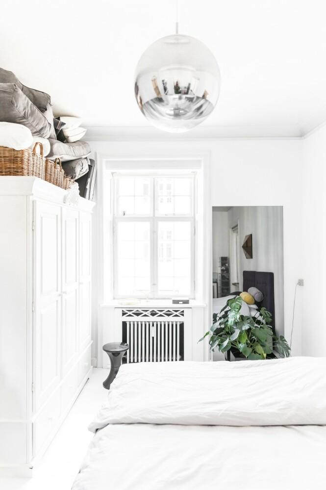 Det store, hvite skapet er fra Ileva, og taklampen er fra Tom Dixon. FOTO: Julie Wittrup og Mikkel Dahlstrøm/Another Studio