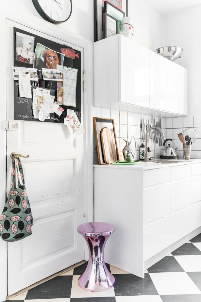 Da Mai-Britt overtok leiligheten, var det flere rom som trengte en kjærlig hånd, deriblant kjøkkenet. Valget falt på et tidløst, hvitt   kjøkken fra Kvik, for som du allerede har lest, er ikke Mai-Britt den som kaster seg på trendtog. Farger og særpreg tilfører hun med detaljer som hun lar stå framme på benken. FOTO: Julie Wittrup og Mikkel Dahlstrøm/Another Studio