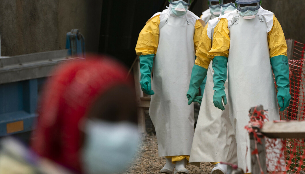 Arkivbilde av helsearbeideres om arbeider ved en helsestasjon som behandler ebolarammede i Beni i Kongo DRC. Søndag ble radioverten, Papy Mumbere Mahamba, kjent for sitt opplysningsarbeid for å bekjempe sykdommen, drept i sitt hjem av ukjente gjerningsmenn. Foto: Jerome Delay/ AP/ NTB scanpix