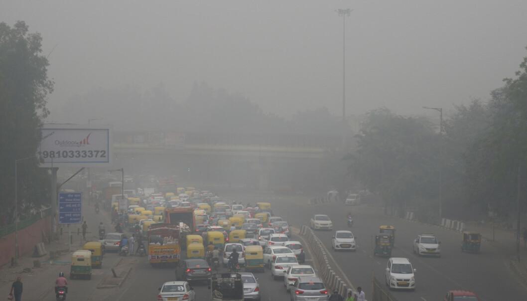 Giftig smog ligger tykt over den indiske hovedstaden New Delhi. Luftforurensningen er det høyeste nivået på tre år. Foto: Manish Swarup/ Ap/NTB scanpix