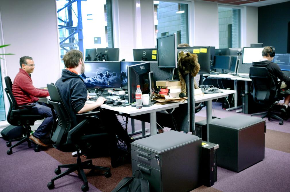 Den erketypiske utvikleren er mer glad i Slack enn epost, men betyr det at norske utviklere ikke lenger sender epost? Både ja og nei, viser tallene fra kode24s Kodeløkka. Her fra lokalene til Microsoft Norge. 📸: Ole Petter Baugerød Stokke
