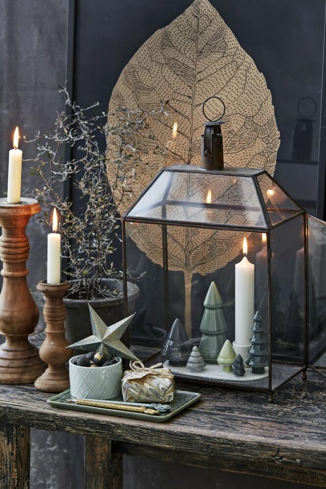 Lykt fra I Rosens Navn, skål og porselensfigurer fra Dottir, papirstjerne fra   Bungalow, fat fra Tine K Home og plakat fra Stilleben. FOTO: Stine Christiansen