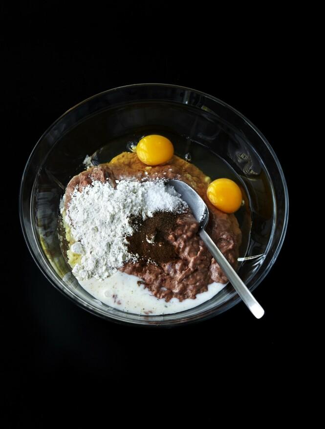 3. Skrap blandingen over i en stor bolle, og rør i salt med en skje. Rør i egg, melk, mel, allehånde og malt nellik – til blandingen har konsistens som en tjukk pannekakerøre. Krydre godt med pepper. FOTO: Betina Hastoft