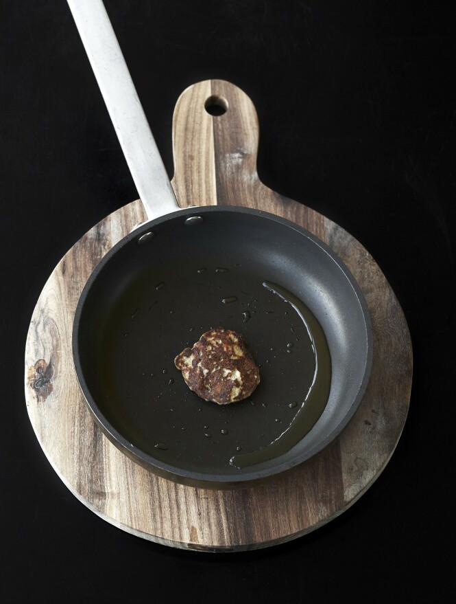 4. Stek en liten skjefull av blandingen i litt smør i en panne, så du kan smake på den. Kanskje vil du krydre den mer, eller kanskje er smaken helt perfekt. FOTO: Betina Hastoft