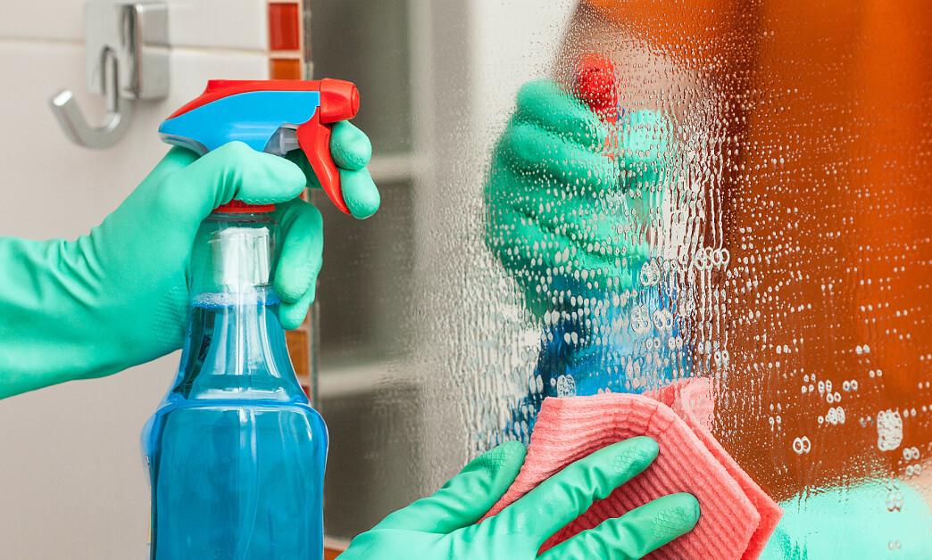 <strong>RISIKABELT:</strong> Rengjøringssprayer inneholder mer løsemidler enn vanlige rengjøringsmidler til samme bruksområde, opplyser forskerne. Foto: NTB Scanpix.