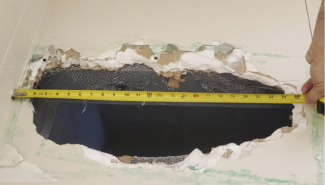 To innsatte laget dette hullet i taket som de klatret ut av da de rømte fra fengsel i helgen, ifølge myndighetene i California. Foto: Monterey County Sheriff's Office via AP / NTB scanpix
