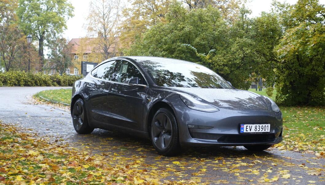 <strong>HAR SATT EN AV FIRE I FARLIG SITUASJON:</strong> Bare det siste året har én av fire spurte vært i farlige situasjoner på grunn av stillegående elektriske biler, som Tesla Model 3 (bildet) - Norges klart mest solgte bil i 2019. Foto: Rune M. Nesheim