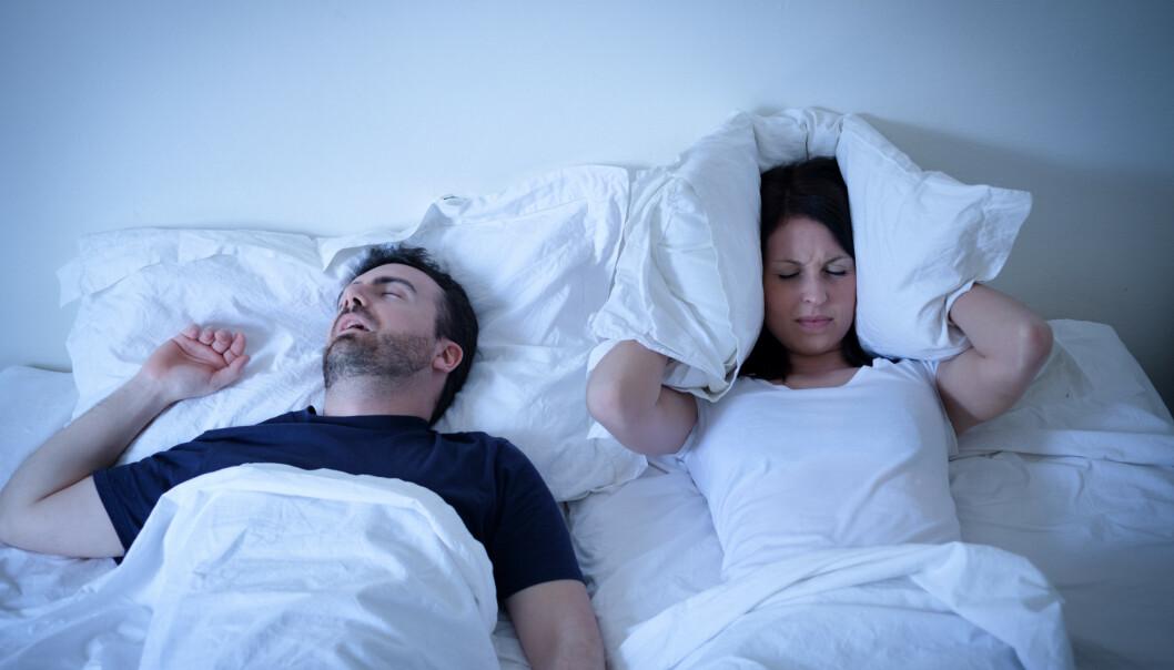 IKKE SOV PÅ RYGGEN: Sovestillingen din kan påvirke sannsynligheten for snorking, og da spesielt om du sover på ryggen.